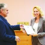 Депутат Татьяна Круглова получает свидетельство о регистрации