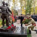 Памятник Подольским курспнтам у климовской гимназии их имени