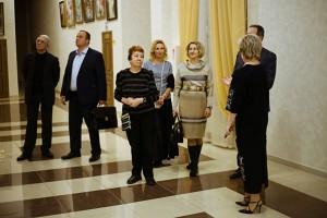 В шикарном фойе культурно-просветительского центра «Дубровицы» гостей встречали сотрудники центра для проведения экскурсии и знакомства с учреждением.