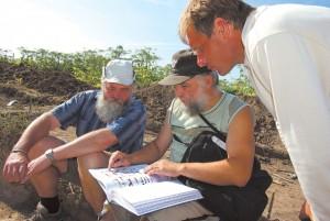 М. Гоняный, С. Виданов и В. Ковалевский в составе археологической экспедиции на селище Филино 1